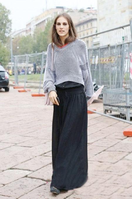 欧美街拍,灰色毛衣+黑色落地长裙+白色斜挎包