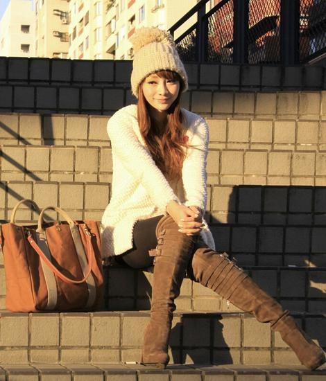 柳岩,私搭,白色中长款羊羔毛针织开衫+棕色高跟过膝长靴+黑色丝袜