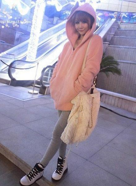 中长款粉色卫衣外套+灰色打底裤+白色系带