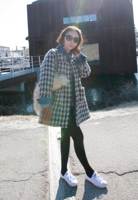千鸟格圆领毛呢大衣+深蓝色牛仔衬衫+白色系带帆布鞋