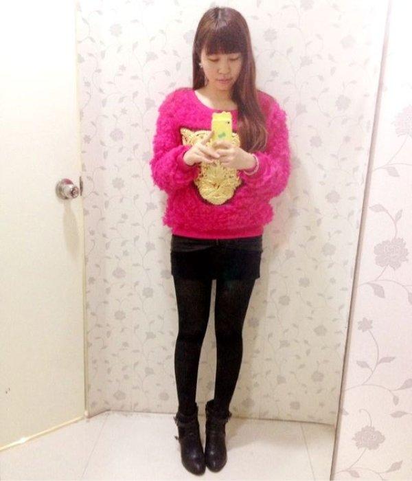 梅红蓬松毛衣搭配黑包臀裙裤加黑透丝袜加尖头皮短靴
