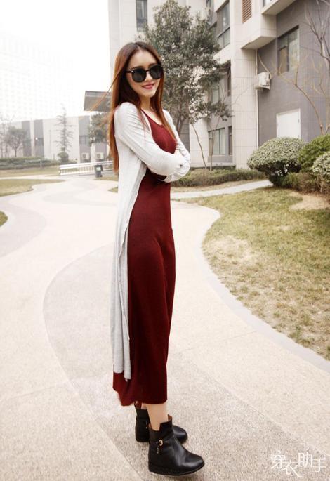 白色超长款针织开衫+酒红色长款背心裙