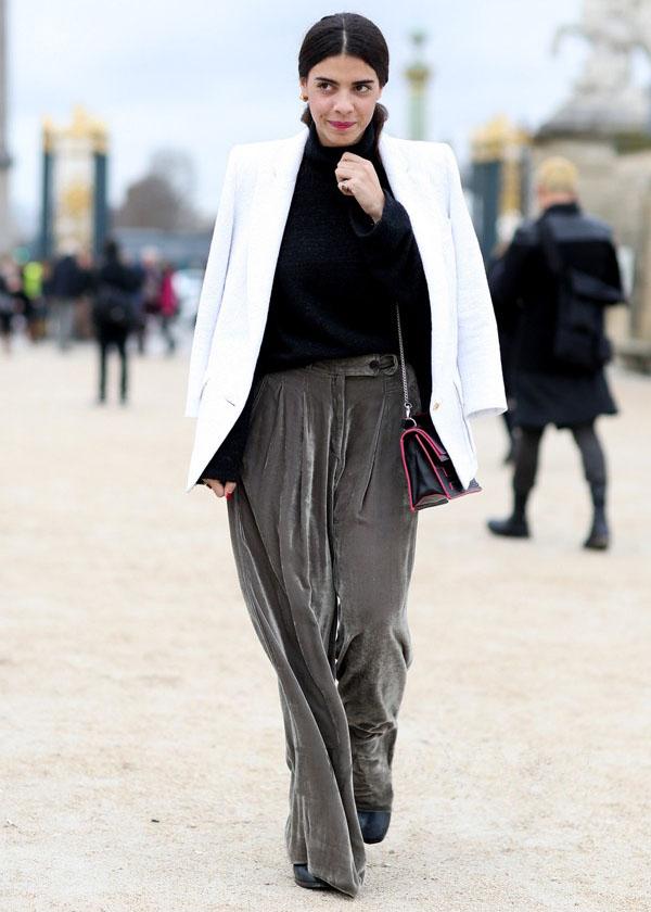 烟灰色天鹅绒阔腿裤搭配白西装