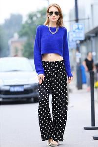 深蓝色波点包臀半身裙+豹纹扣带尖头鞋+宝蓝色邮差包