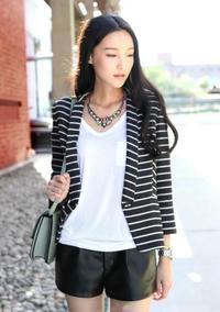 黑白条纹西服外套+白色短袖t恤+黑色pu短裤