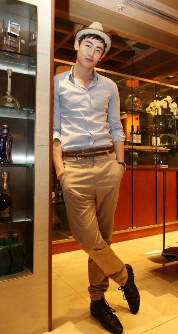 长裤+黑色休闲尖头系带皮鞋+卡其色礼帽+棕色细腰带