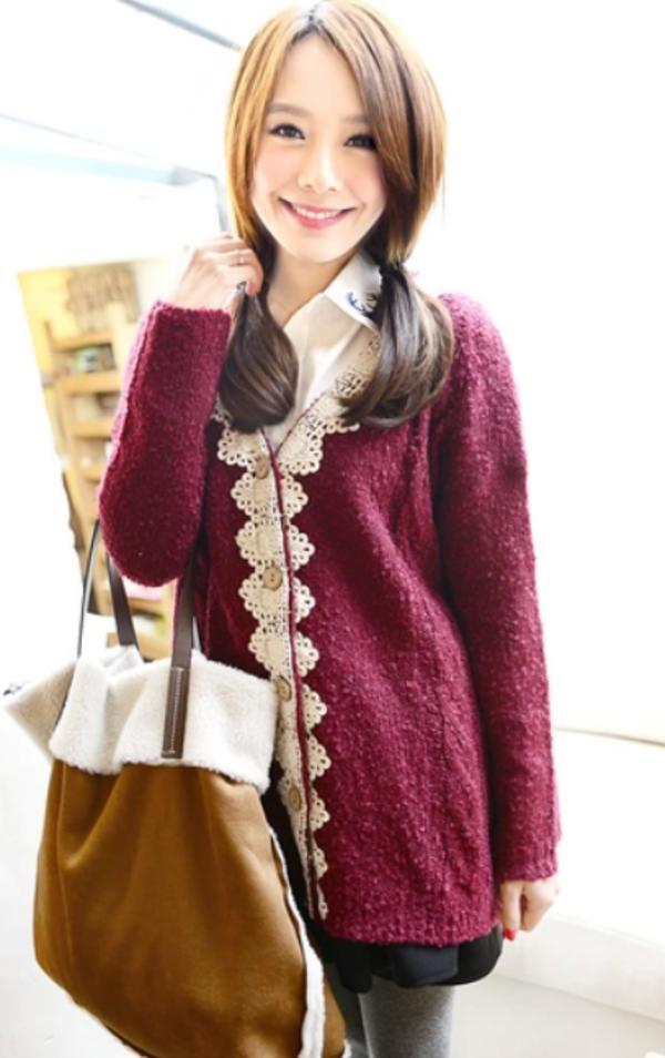 这款针织毛衣开衫是蕾丝钩花边的