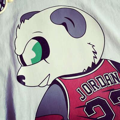 胖胖的熊猫穿着乔丹23号背心超酷墨镜呆萌