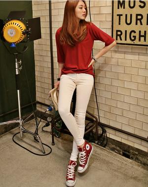 宽松t搭配上白色小脚裤和红色运动鞋