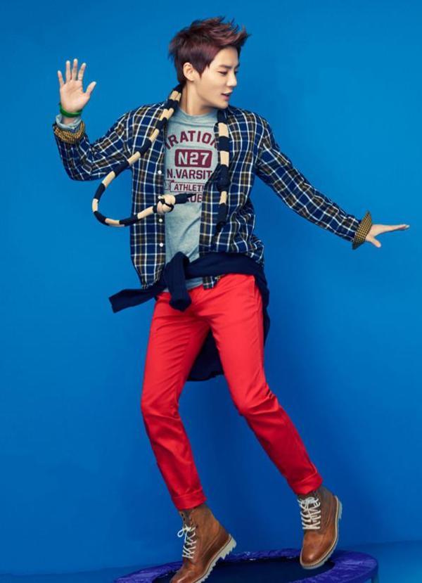 衬衫+灰色字母印花t恤+红色休闲裤+棕色马丁靴+围巾
