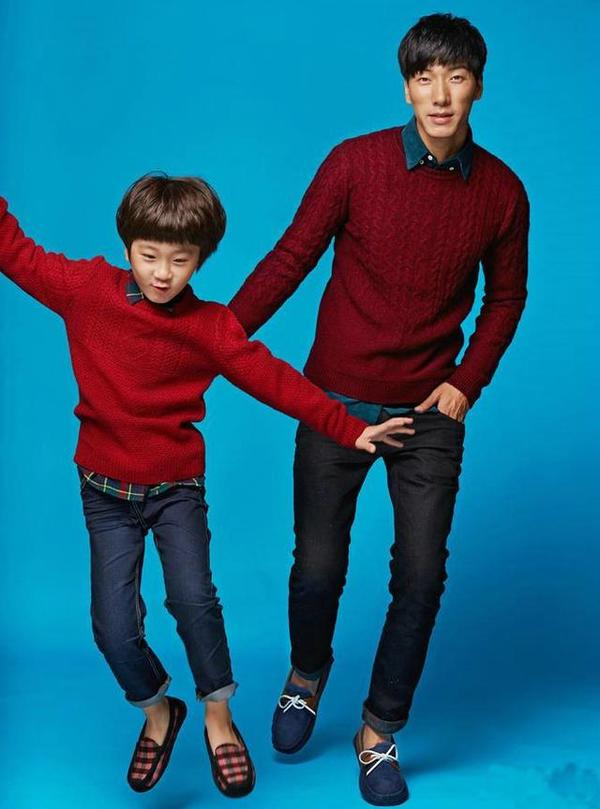 酒红色毛衣+蓝色衬衫+黑色牛仔裤+蓝色